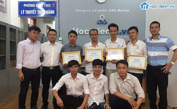 Học viên iT trao chứng nhận hoàn thành khóa học sửa chữa máy tính