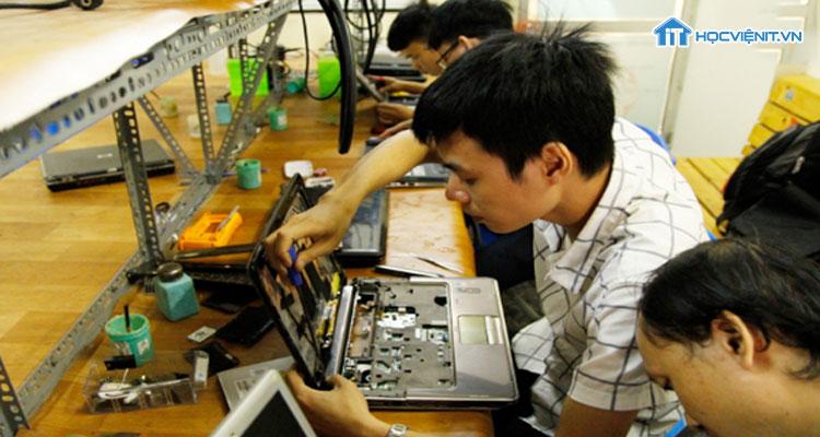 Học viên được đào tạo sửa chưa máy tính chuyên nghiệp