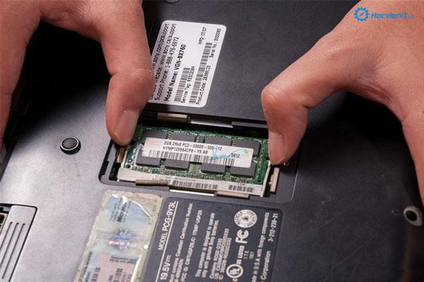 Gẩy nhẹ 2 thanh lẫy cố định cây RAM