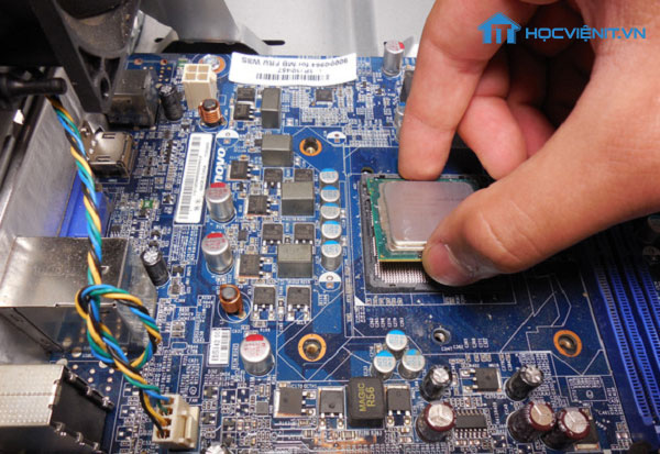 Nhấc CPU ra khỏi Mainboard