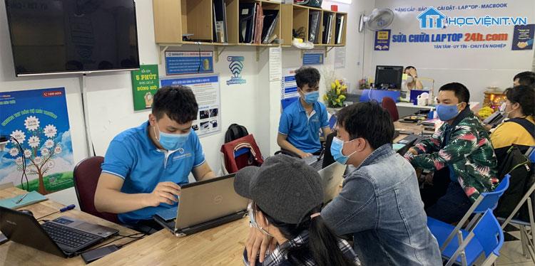 Kỹ thuật viên tại hệ thống Sửa chữa Laptop 24h.com