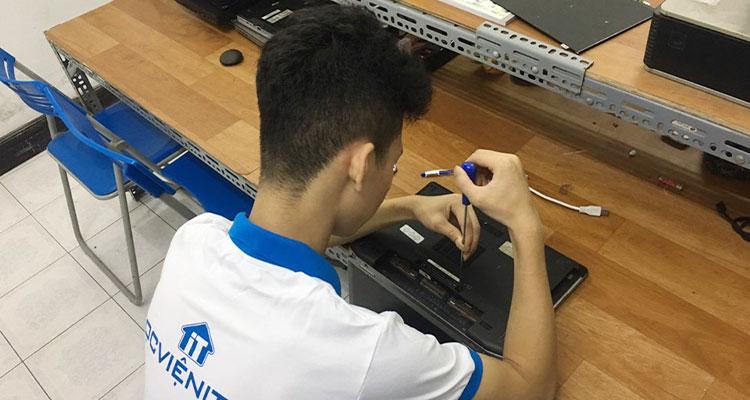 Học viên thực hành sửa chữa máy tính