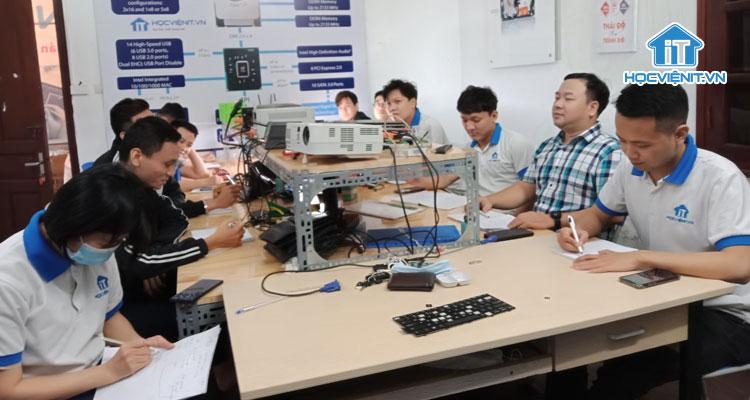 Một buổi học Sửa Laptop tại Học viện iT.vn