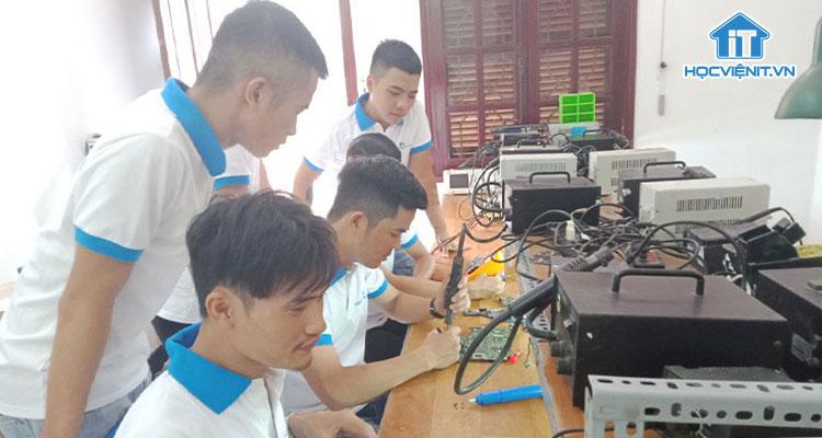 Một buổi học sửa chữa máy tính tại Học viện iT.vn