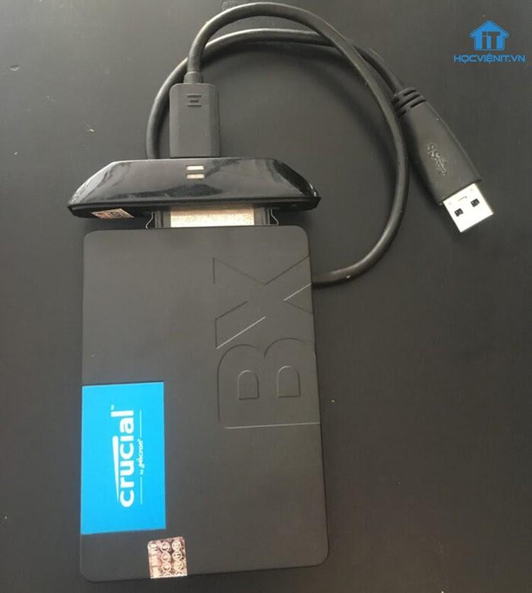Chuẩn bị các công cụ cần thiết rồi gắn ổ cứng SSD qua box vào máy tính qua cổng USB
